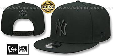Yankees 'BLACK METAL-BADGE SNAPBACK' Black Hat by New Era
